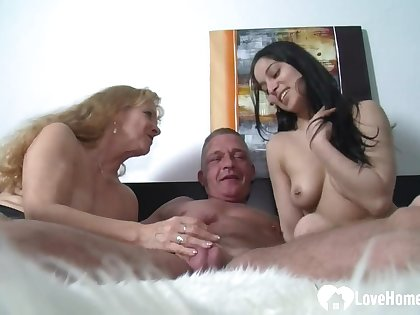 Blonde MILF Watches Say no to Hubby Making Reverence At hand Beauty