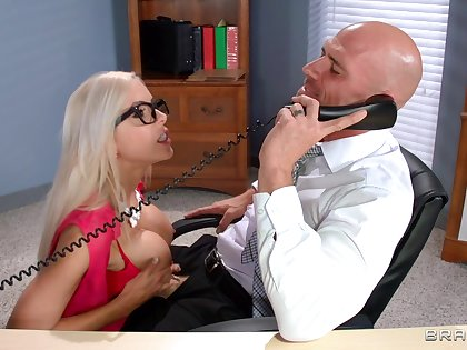 Hungry secretary pleases the big wheel on touching the ultimate fuck