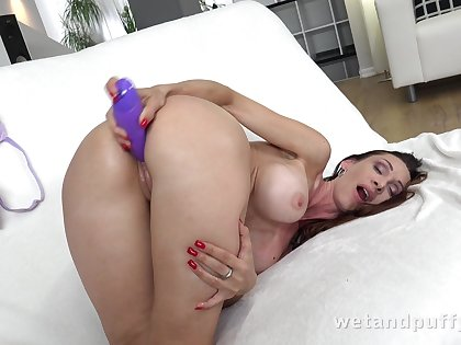 Big titted sweetmeat Cynthia Vellons curves out on touching be a top-drawer masturbator