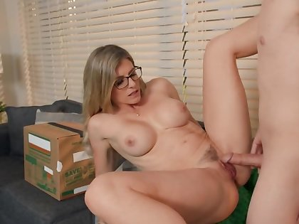 Muddle mover connects his hard cock anent the bosomy MILF's muff