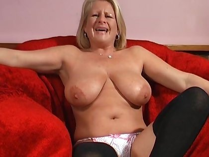 Solo model Robyn Ryder spreads her paws on the red couch to masturbate
