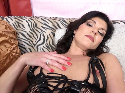 Gorgeous MILF oiling her body and fucks pussy